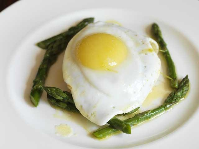 Crumpets with fried duck egg and asparagus