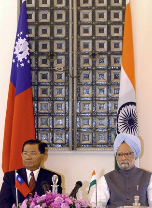 Burma's junta leader General Than Shwe with India's Manmohan Singh on a previous visit to New Delhi