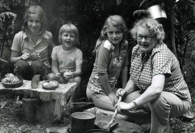 Anderson pictured with a group of Brownies during the writing of her 'Camp Fire Cook-Book' (1976)