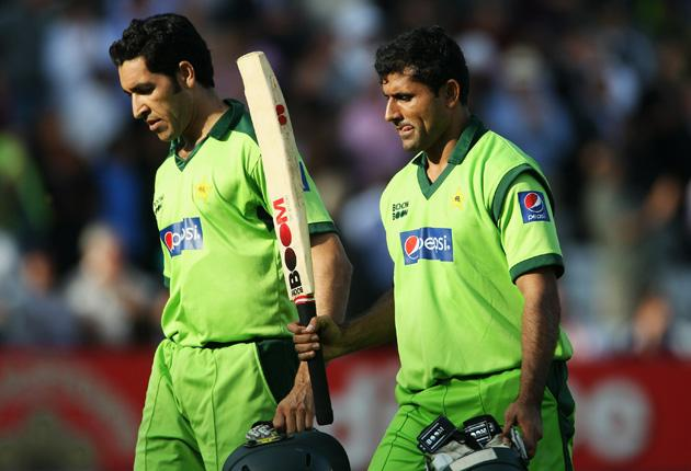 Abdul Razzaq (right) of Pakistan walks off with Umar Gul after his innings of 44 from 20 balls