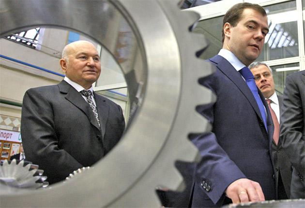 Yury Luzhkov, left, and Dmitry Medvedev on an aircraft industry visit last year