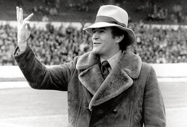 Malcolm Allison lets the Chelsea fans know the score in trademark style as his Crystal Palace side win 3-2 in 1976