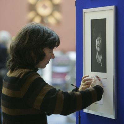Artist Fiona Powell interprets Susan Boyle's message at the Royal Bank in Edinburgh.