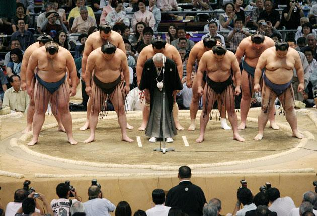 Sumo wrestlers bow in apology for a gambling scandal last year