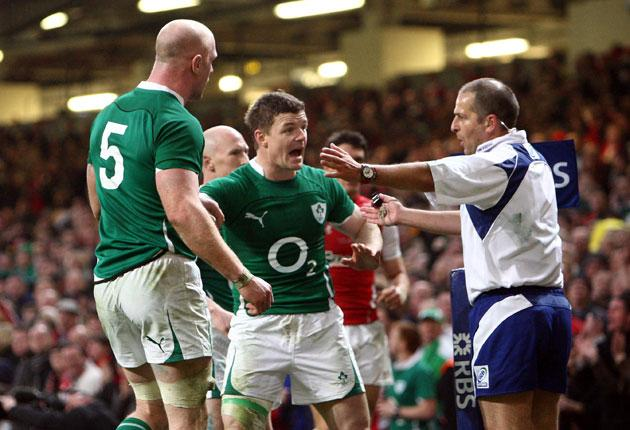 Brian O'Driscoll (centre) makes his feelings clear to referee Jonathan Kaplan in Cardiff