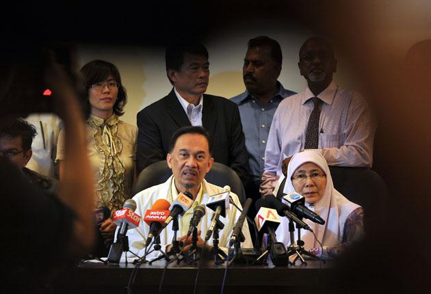 Anwar Ibrahim at a press conference with his wife, Wan Azizah