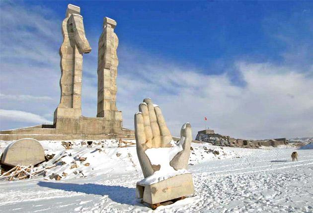 The controversial and uncompleted monument in Kars is being dismantled