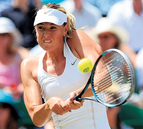 Former Wimbledon winner Maria Sharapova copes with the heat to advance in straight sets