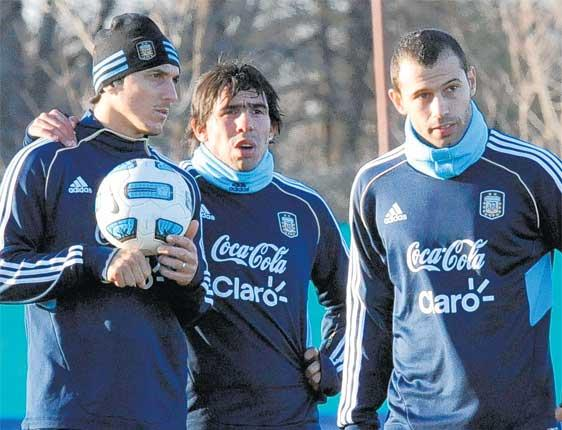 Carlos Tevez, flanked by his team-mates Nicolas Burdisso (left) and Javier Mascherano during an Argentina Copa America training session this week