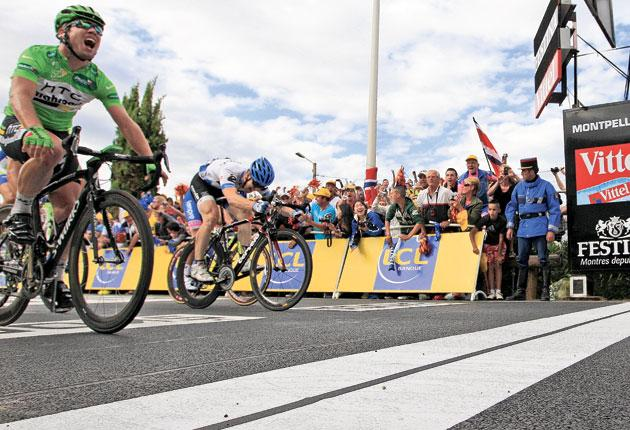 Mark Cavendish (left) pips Tyler Farrar to win Sunday's 15th stage in Montpellier
