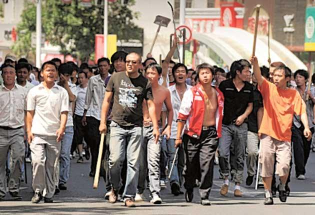 Han Chinese prepare to confront Uighurs in Urumqi in 2009