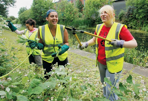Young volunteers tidy up the Thames riverbank with the Waterways Trust