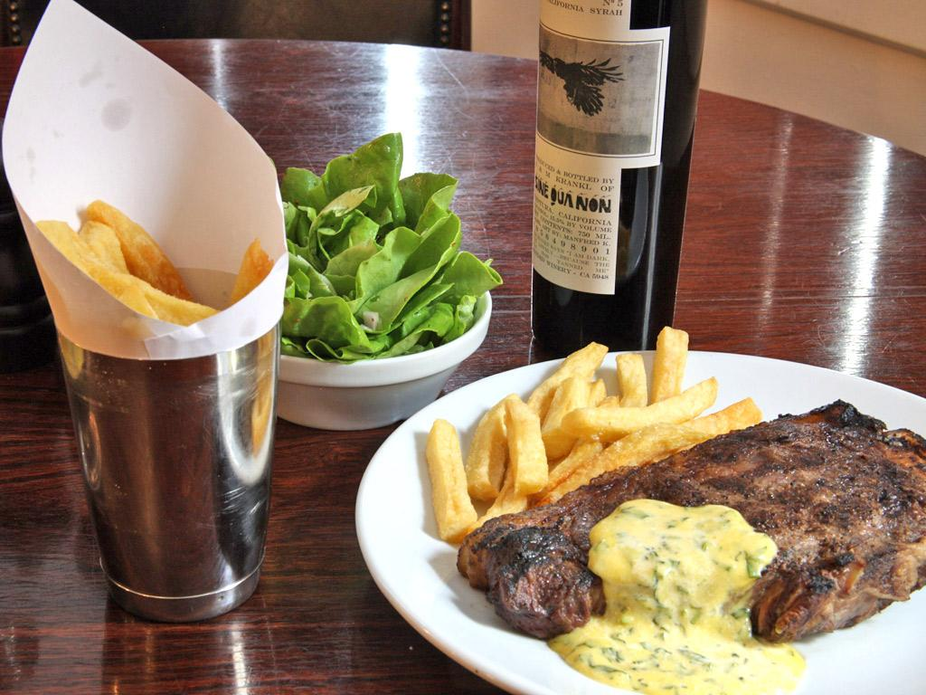 Steak served with salad, chips and béarnaise sauce