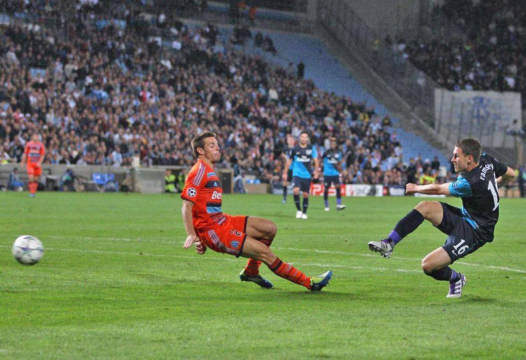Aaron Ramsey scores the winning goal against Olympique de Marseille
