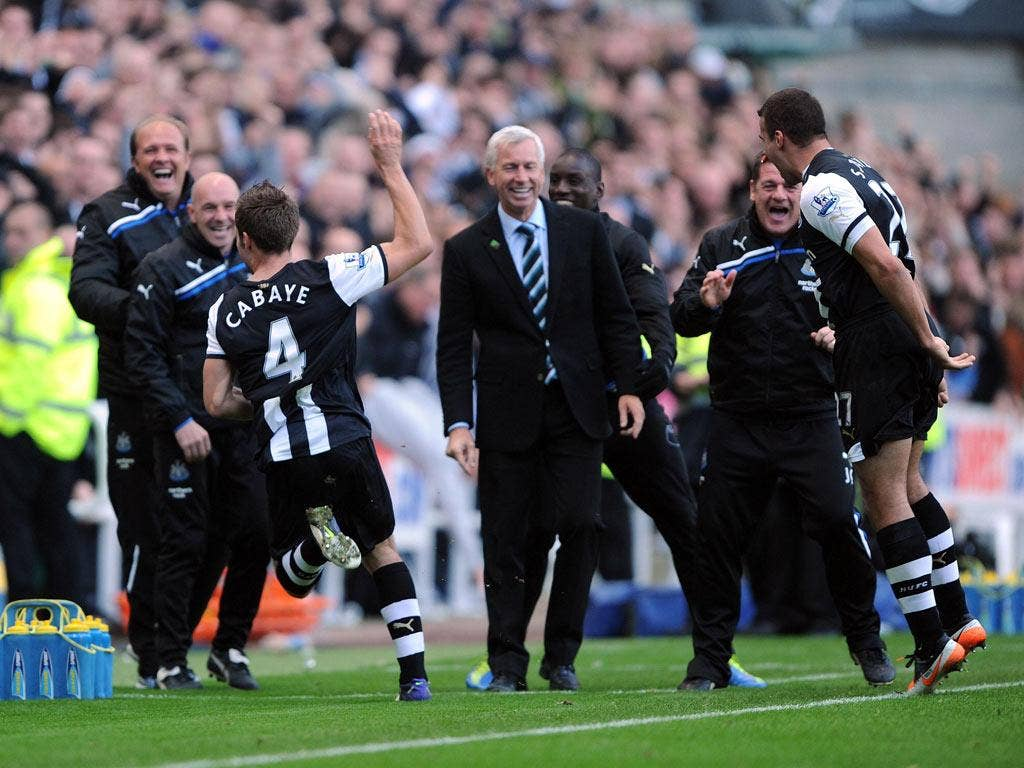 Alan Pardew (centre) is all smiles as Yohan Cabaye celebrates the winner