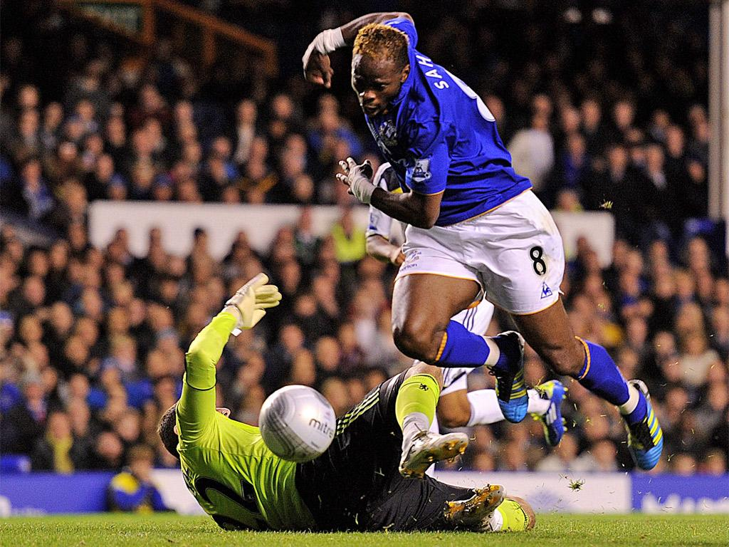 The Chelsea goalkeeper, Ross Turnbull, is sent off for this challenge on Everton's Louis Saha