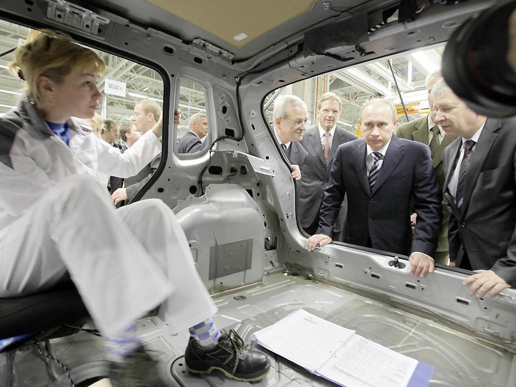 Vladimir Putin tours the Volkswagen assembly plant in Kaluga in 2009