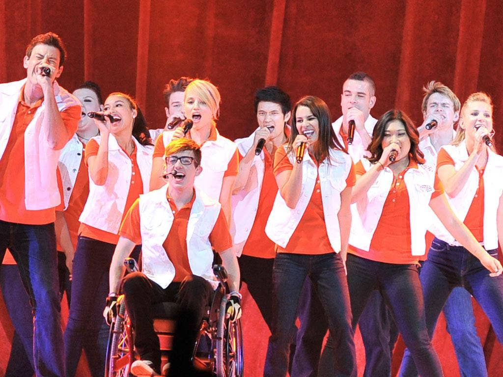The stars of the TV series Glee in full song