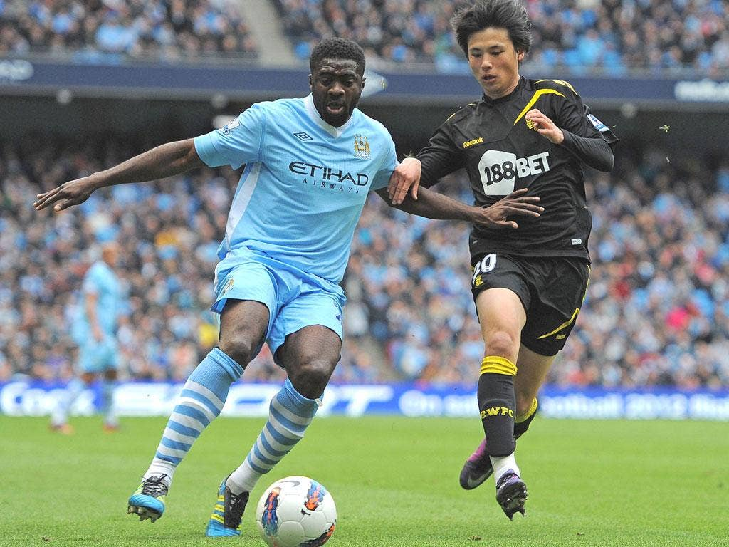 Kolo Touré holds off Bolton striker Ryo Miyaichi