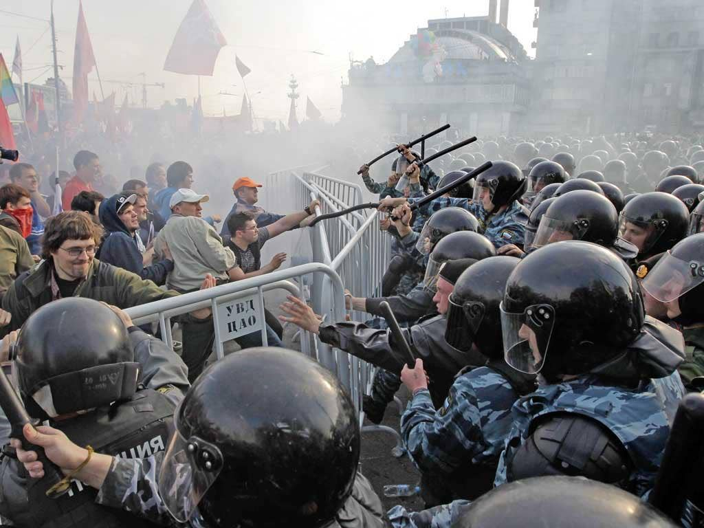 Riot police hit out at opposition protesters in Moscow on the eve of Vladimir Putin's inauguration as president