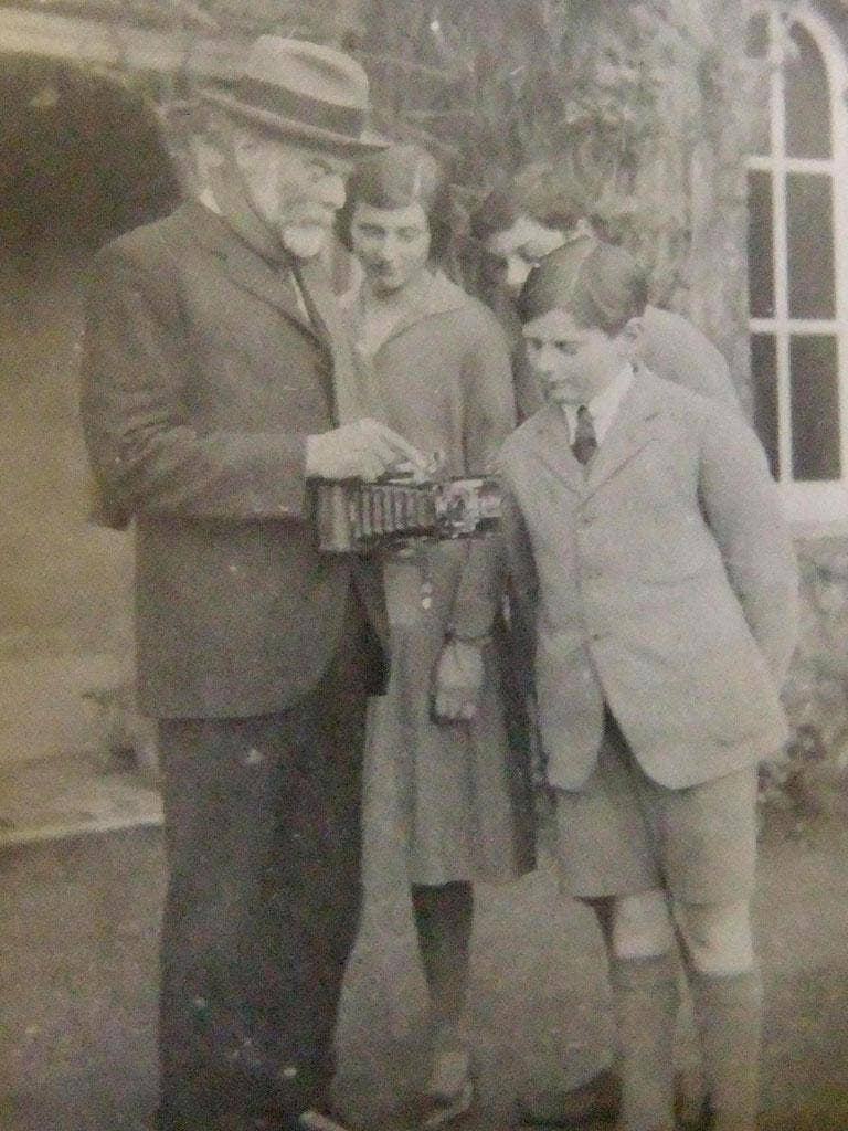 Percy Powell-Cotton shows an antique camera to his family