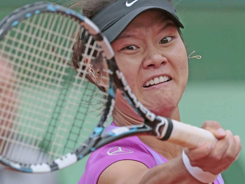 Li Na is defeated by Yaroslava Shvedova during the Women's Singles 4th Round tennis match of the French Open