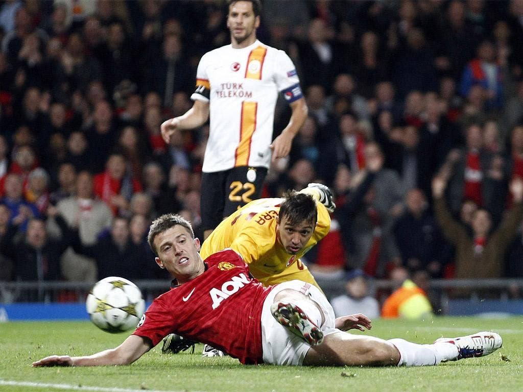 After rounding the goalkeeper, Michael Carrick puts Manchester United ahead