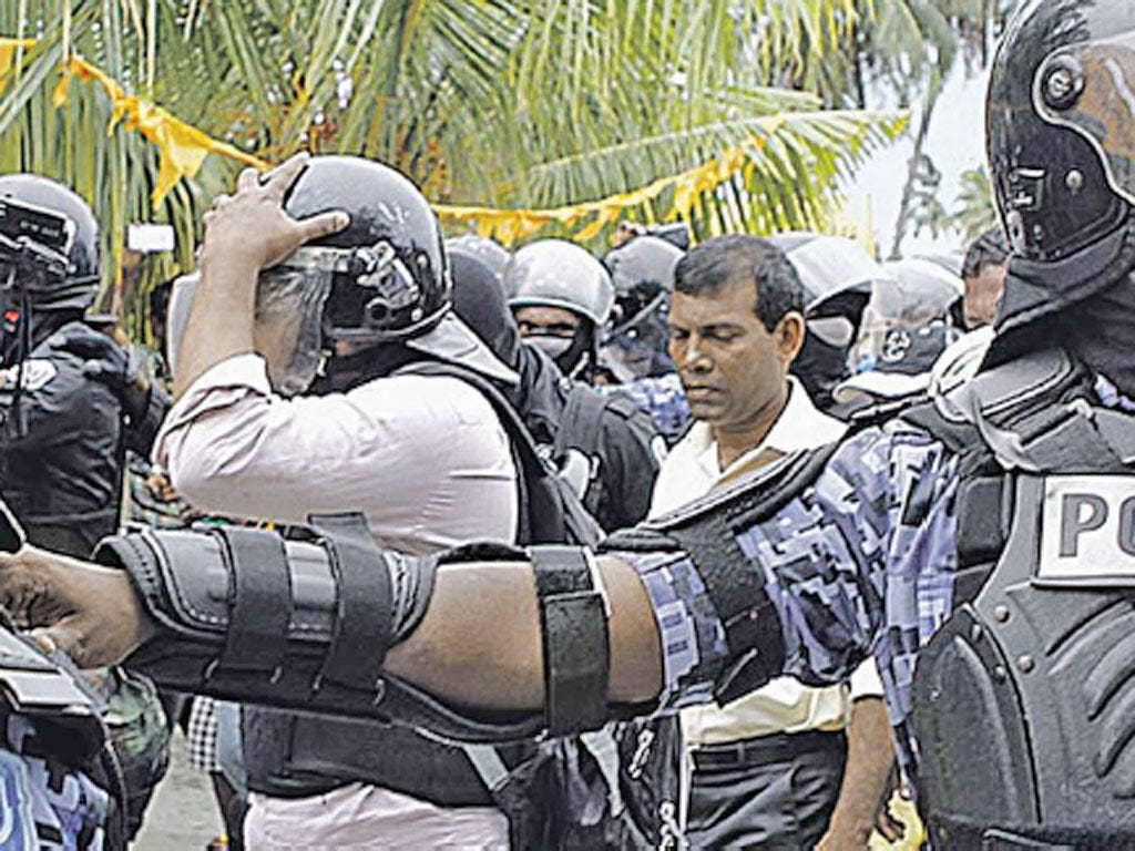 Police arrest Mohamed Nasheed in Fares Maathodaa after he failed to turn up for the start of a trial for alleged abuse of power