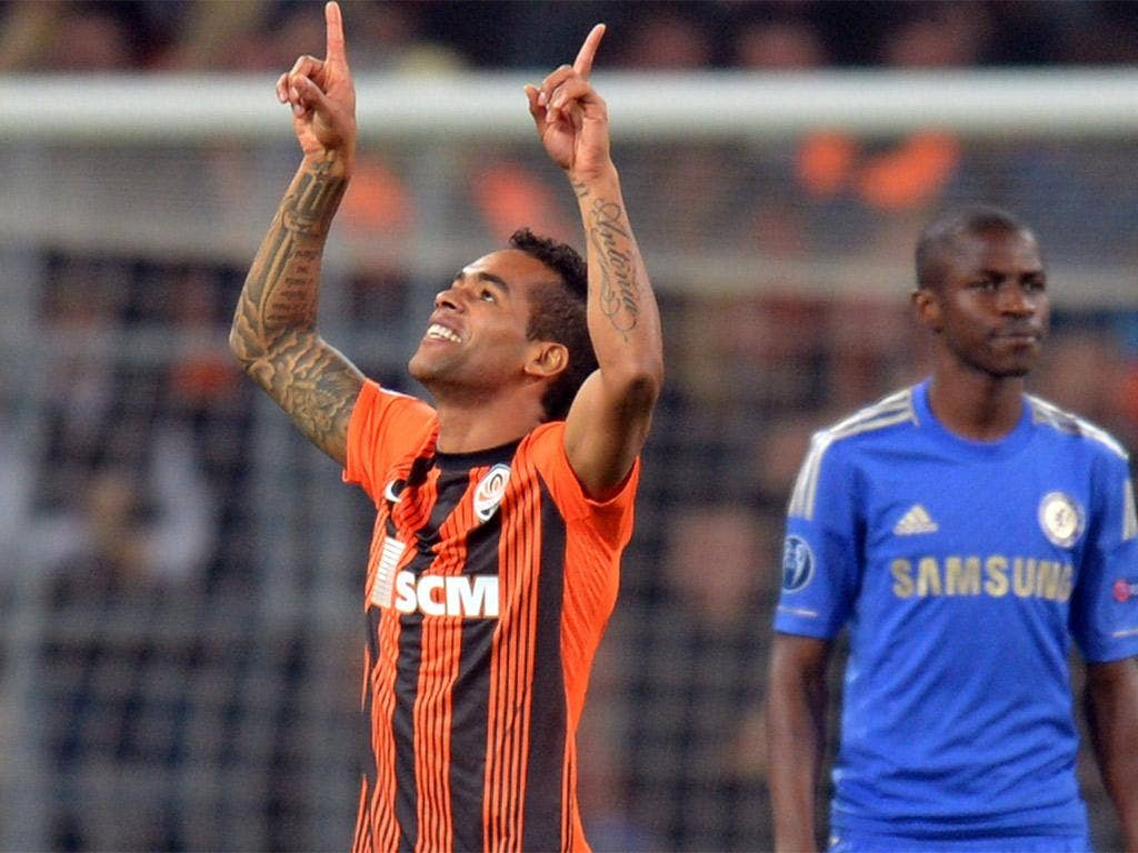 Alex Teixeira celebrates his goal