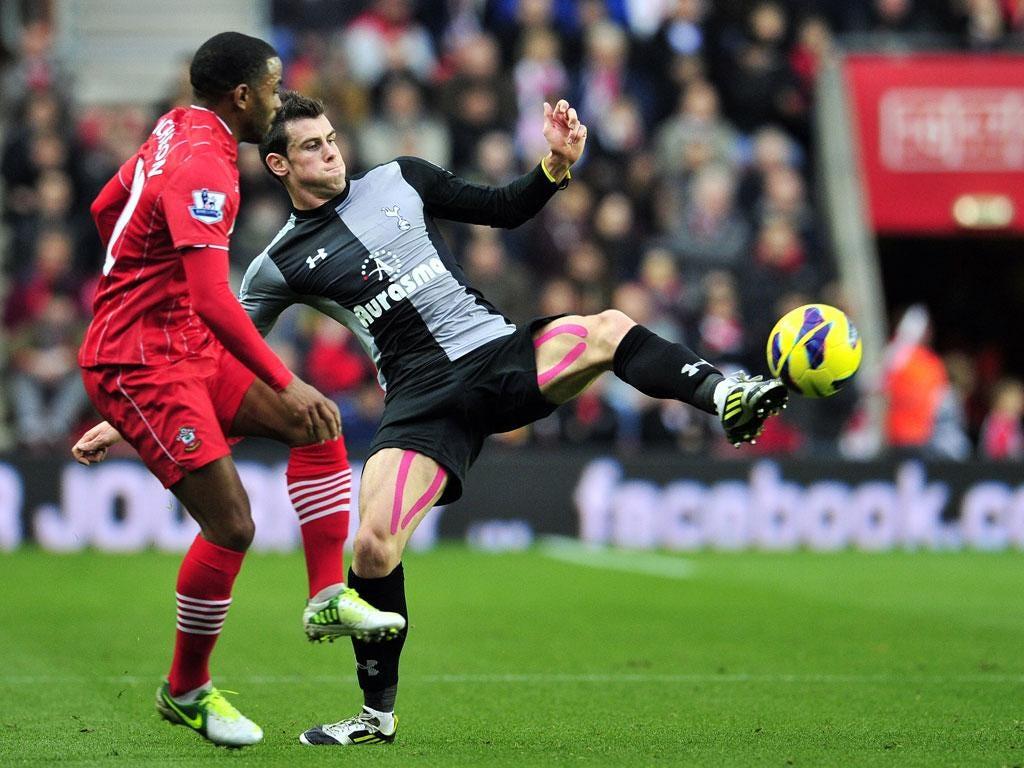 Tottenham Hotspur's Welsh defender Gareth Bale (R) vies with Southampton's English midfielder Jason Puncheon (L)