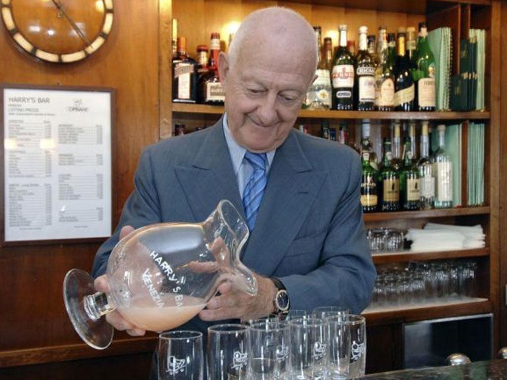 Arrigo Cipriani pours a Bellini at Harry's Bar in Venice
