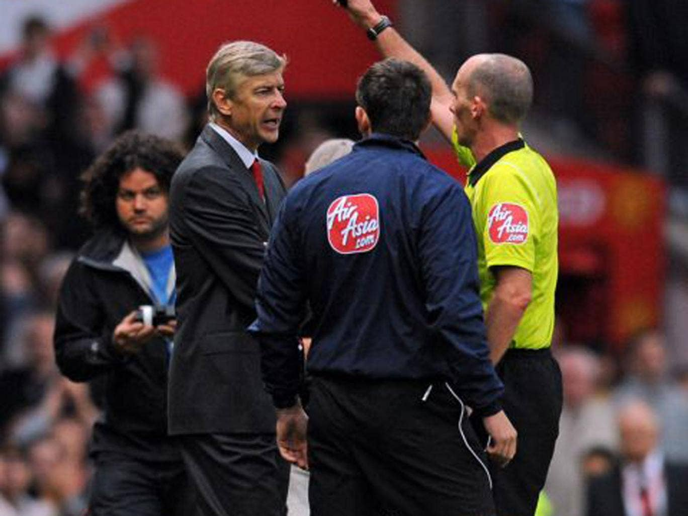 Mike Dean dismisses Wenger in 2-1 loss at Old Trafford in 2009