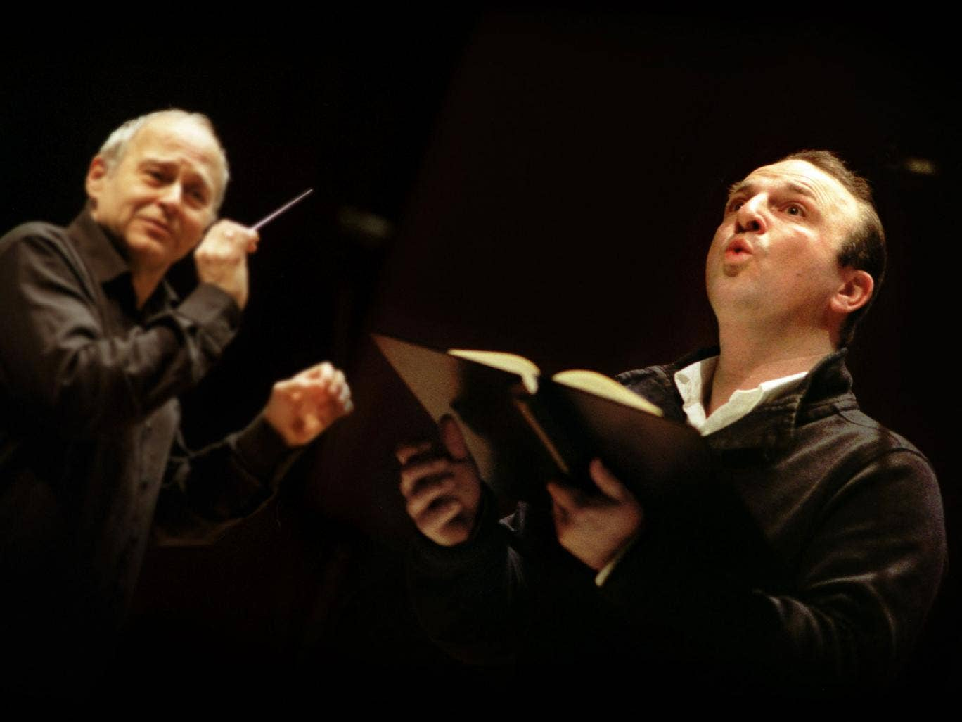 Tenor Andrew Kennedy in rehearsal with conductor Adam Fischer