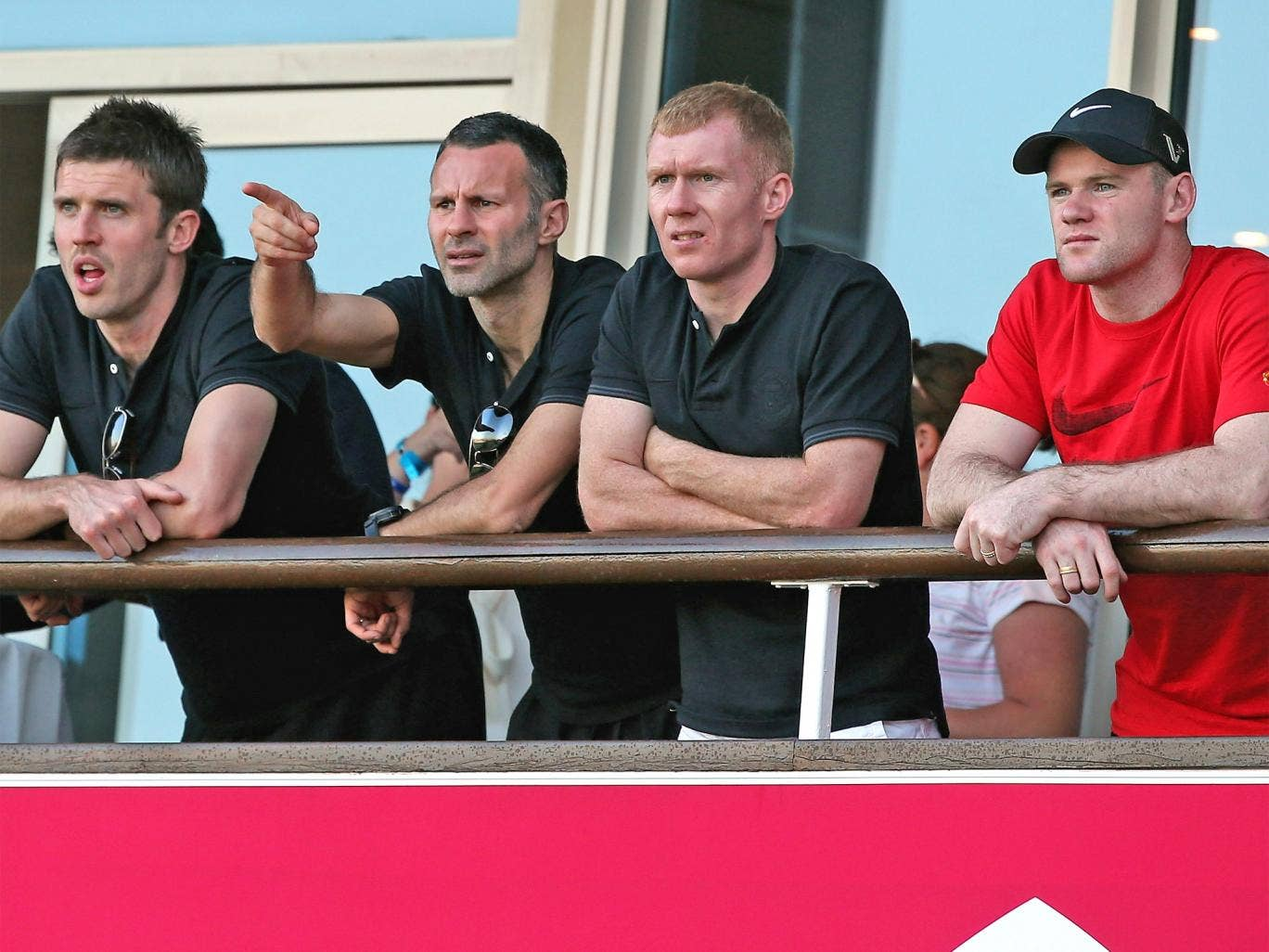 Manchester United's Wayne Rooney (right) watches the Qatar Masters golf in Doha with team-mates Michael Carrick, Ryan Giggs and Paul Scholes yesterday