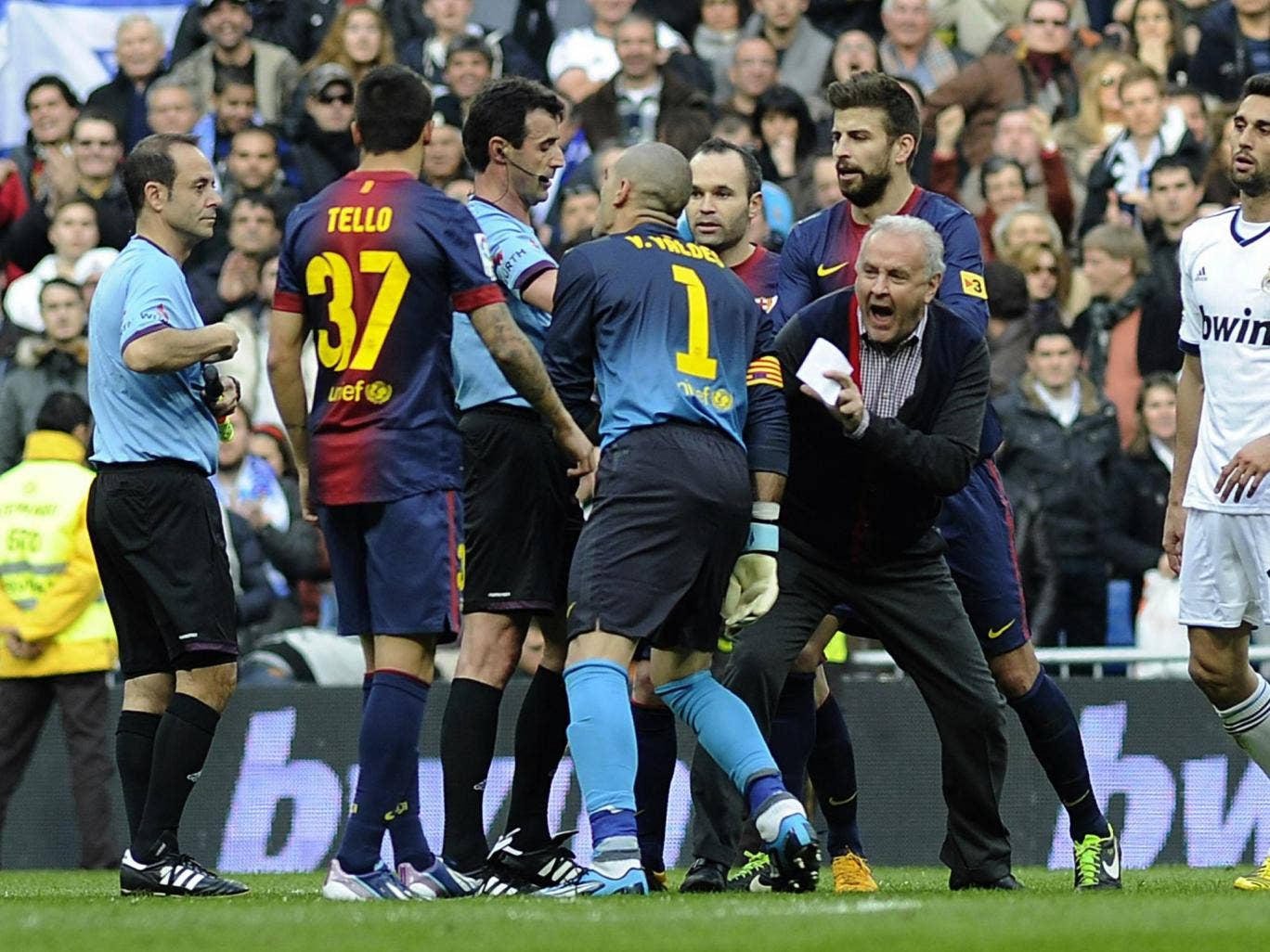 Victor Valdes confronts the referee