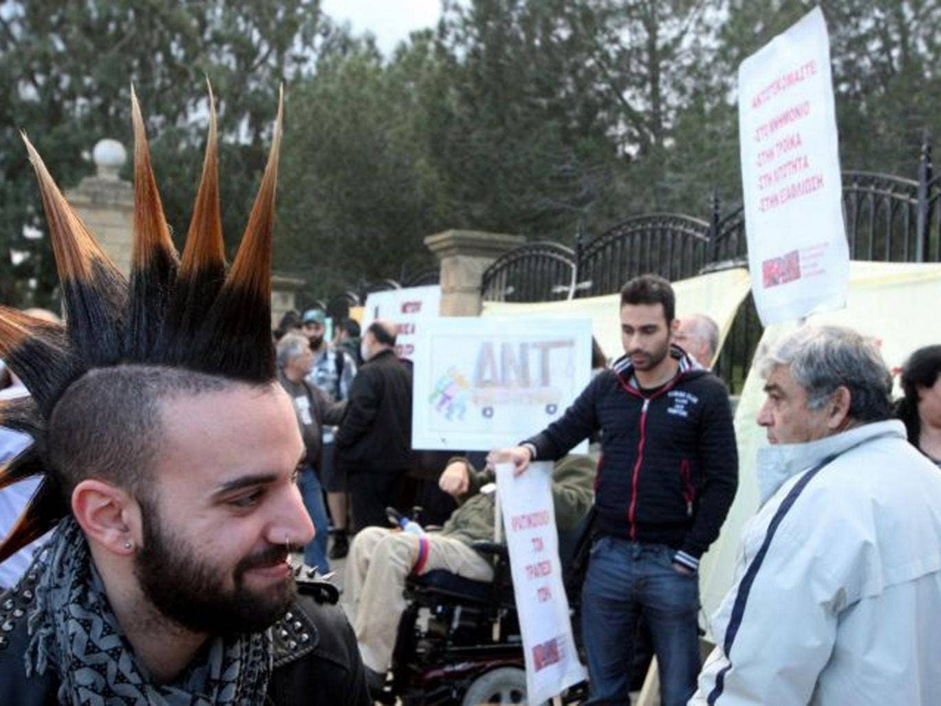 People gather outside the presidential palace to protest against the Eurogroup decision to impose losses on Cypriot bank deposits