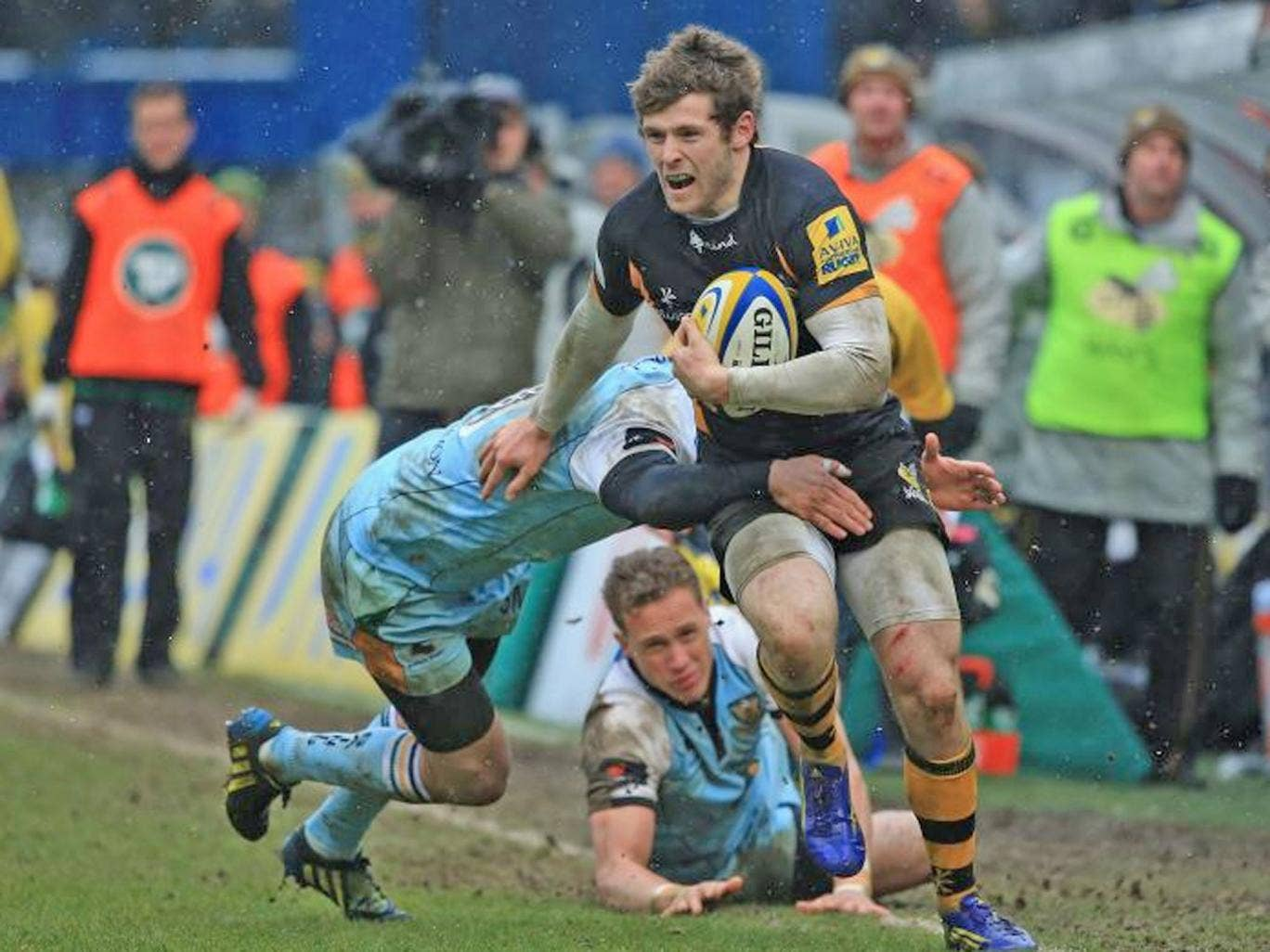 Elliot Daly evades a tackle on his way to scoring Wasps' second try