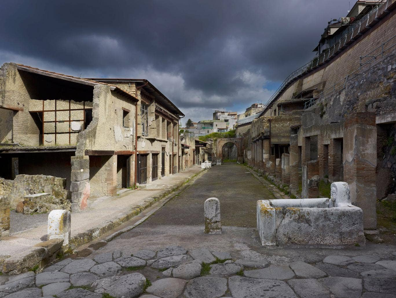Moving: A street in Herculaneum
