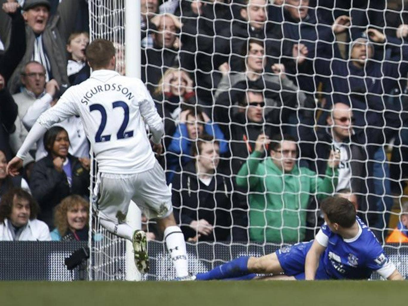 Tottenham Hotspur's Gylfi Sigurdsson scores against Everton
