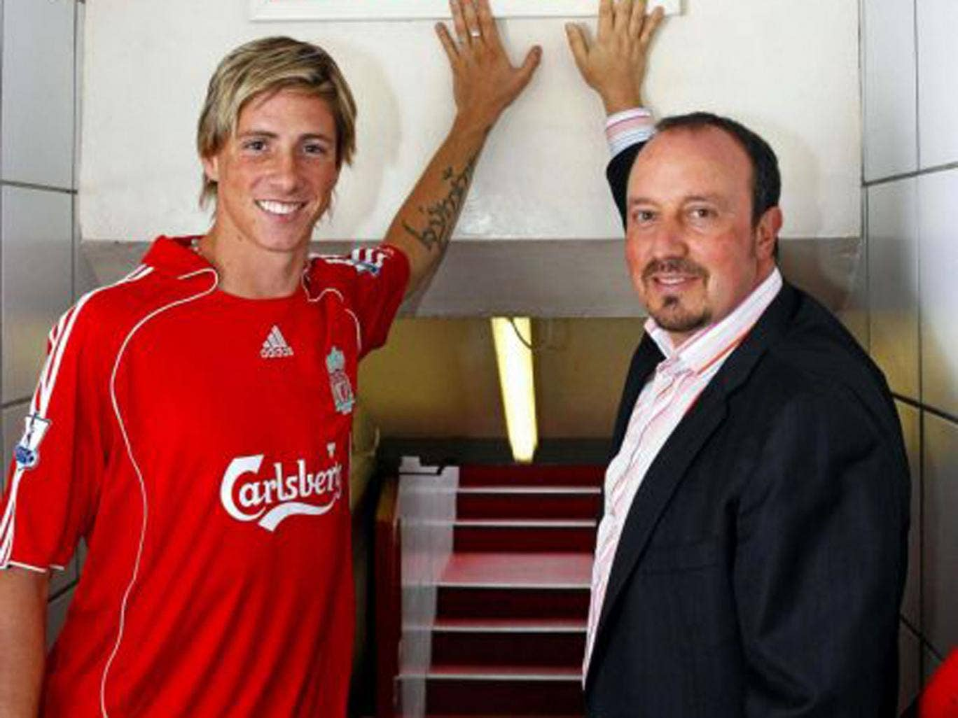Benitez welcomes Fernando Torres to Anfield in 2007