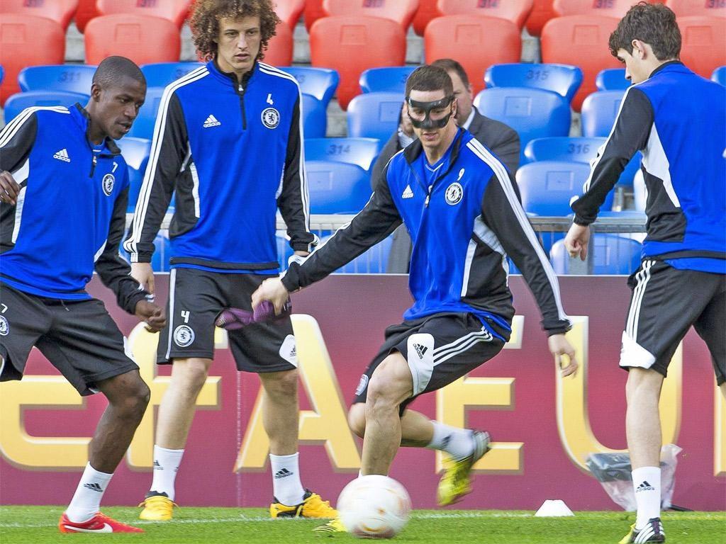 Fernando Torres plays keep-ball with Ramires, David Luiz and Oscar