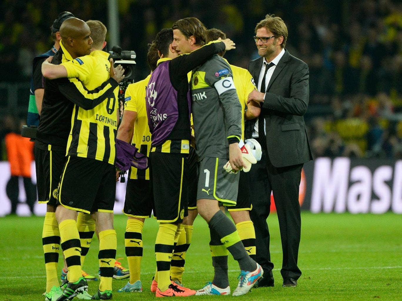 Jurgen Klopp celebrates with his players after Dortmund beat Real Madrid 4-1