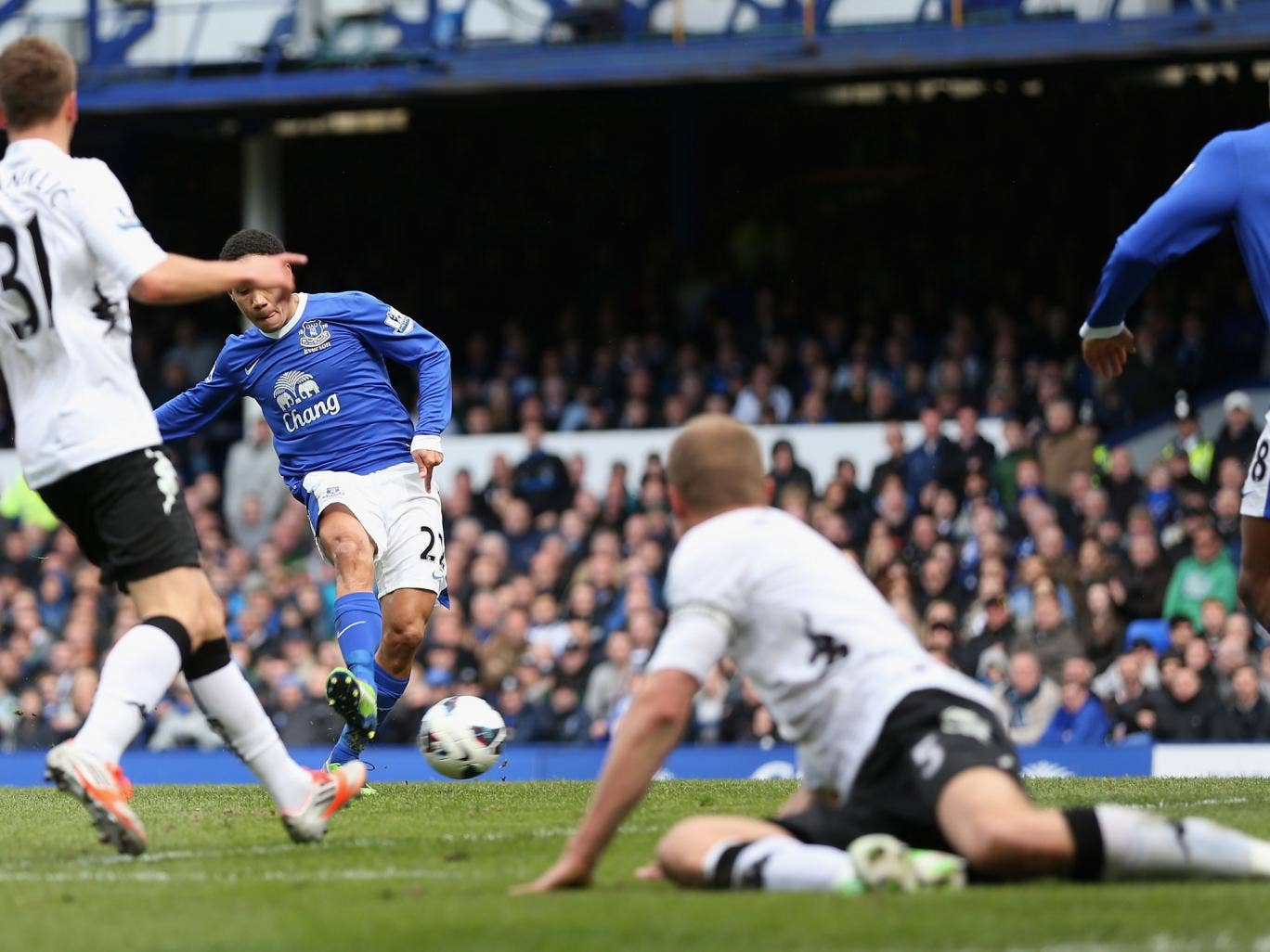 Steven Pienaar of Everton scores the first goal during the Barclays Premier League match between Everton and Fulham
