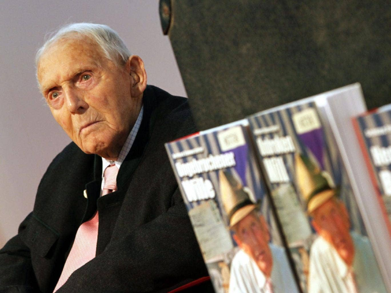 'Unbroken Will': Engleitner in 2009 at the Frankfurt Book Fair with copies of his biography