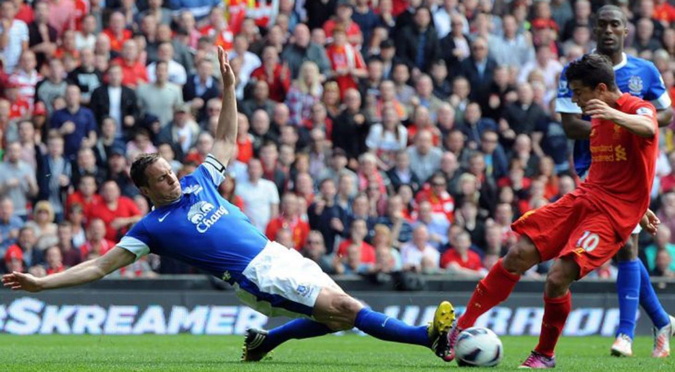 Phil Jagielka blocks Coutinho's shot at Anfield