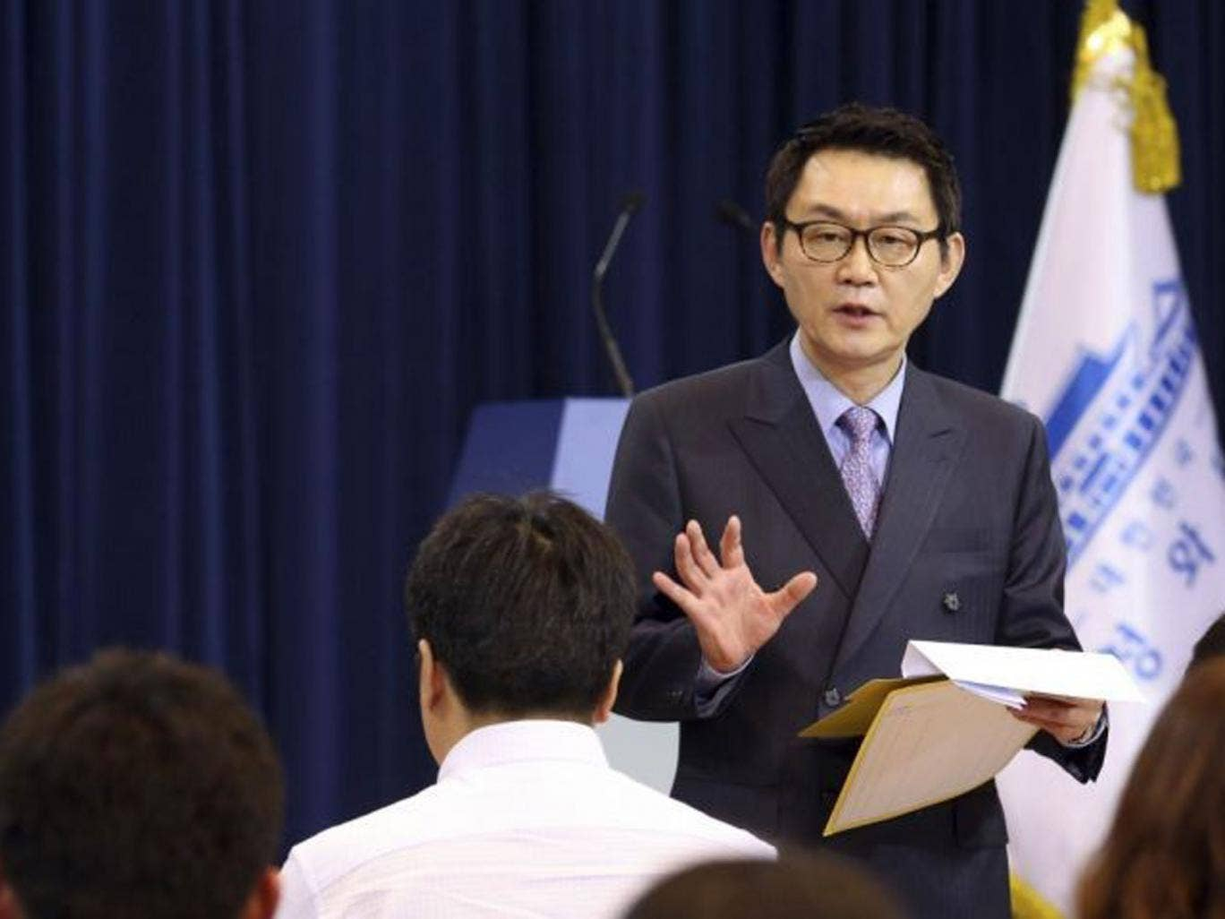 Yoon Chang-jung, spokesman of South Korean President Park Geun-hye, speaks in front of reporters at the presidential Blue House in Seoul