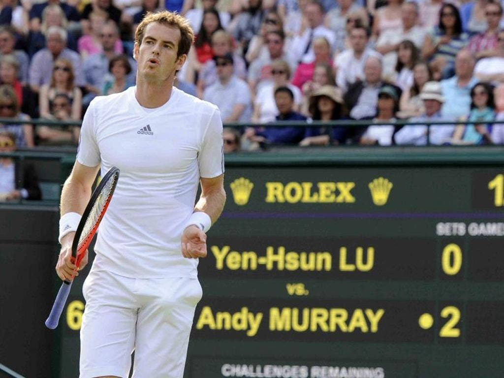 Andy Murray wins in straight sets to reach third round