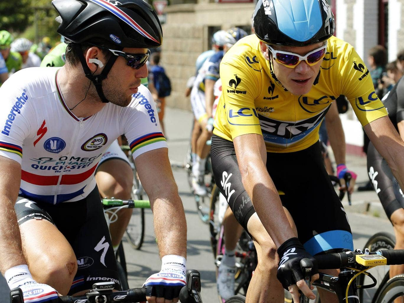 Mark Cavendish speaks with overall leader Chris Froome before stage 12