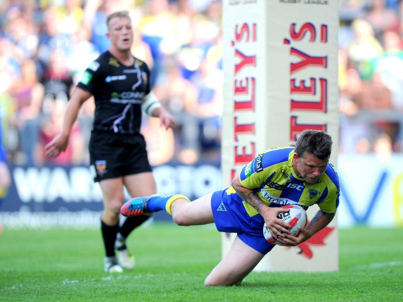Warrington's Lee Briers goes over for a try against Huddersfield