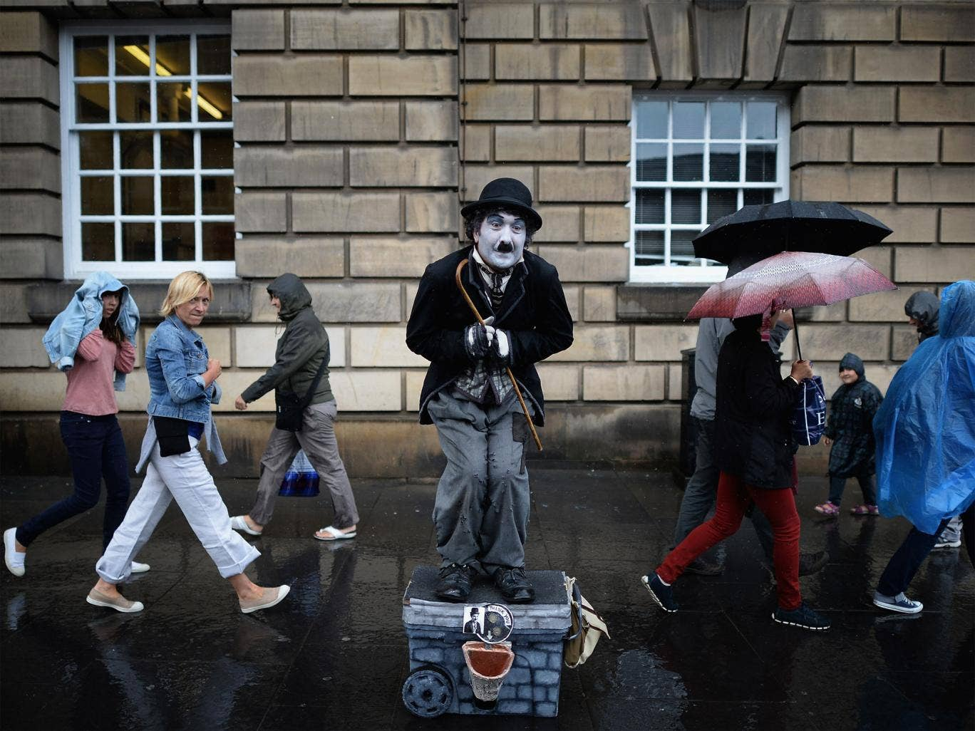 The world's biggest arts gathering attracts street performers, while more than 2,000 shows compete for attention,